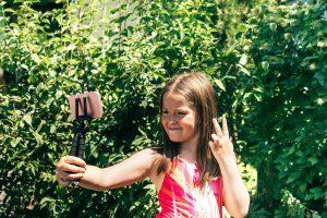 ילדה מצטלמת לסלפי